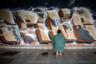 Мусульманин совершает намаз у покрытой граффити стены на центральном автовокзале Тель-Авива. Около шестой части граждан Израиля — арабы-мусульмане, в стране открыто множество мечетей. В частности, они есть неподалеку от таханы мерказит в южном Тель-Авиве. Однако если час молитвы застает мусульманина в пути, он может помолиться в любом удобном для него месте.