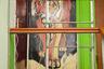 Экзотика в подъезде жилого дома в Екатеринбурге. Дверь с тигром — и оригинально, и практично: отпугивает злодеев, а для желанных посетителей, напротив, служит опознавательным знаком.<br><br>«Я живу в индустриальном районе Екатеринбурга — Уралмаше, — поясняет фотограф. — Через проспект Космонавтов, по соседству от него, еще один — Эльмаш. Исторически они были построены вокруг заводов и для заводов (основная масса фотографий была сделана именно там). Значительные части этих районов застроены домами высотой от двух до пяти этажей, которые были возведены еще до 1970-х годов. Таким образом соединились рабочие и жилые пространства. Поскольку я сам провел детство и живу теперь в районах, которые не отличаются визуальной красотой, давней историей, индивидуальностью, то мне близко желание сделать место личным, украсить его».