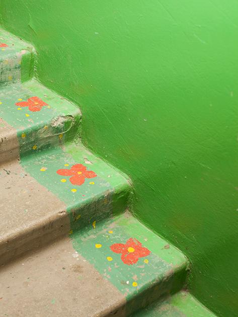 """По такой лестнице ходить веселее, чем по обычной бетонной. Очередная попытка разбавить яркими красками серые будни.<br><br>«Я поспрашивал у людей постарше, у родителей, — говорят, что такое явление («гуманизация» пространства — <i>прим. «Ленты.ру»</i>) настолько массово появилось примерно в 1990-е, — рассказывает фотограф. — Мне кажется, что это каким-то образом связано с поисками индивидуальности, личного, новой жизни. Все это пересекается с отсутствием  денег, возможностей, инициатив """"сверху"""" по благоустройству рабочих и жилых территорий, с маленькой жилой площадью и желанием иметь больше. И в каком-то смысле вот такое украшательство — это крик о помощи»."""