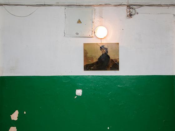 «Неизвестная» есть не только в Третьяковской галерее. Жители одного из екатеринбургских домов решили оживить пространство репродукцией картины русского художника Ивана Крамского. Личность изображенной им дамы, кстати, до сих пор не установлена — непонятно даже, дворянка она или простолюдинка — есть разные версии. Но в данном случае «Неизвестная» строго следит за общественным порядком. И консьержка не нужна.