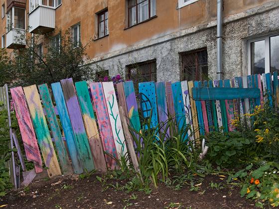 Березовский, кстати, примечателен тем, что именно он считается родиной советского панельного домостроения. Пресловутая «панель», которой на протяжении десятилетий застраивали (и продолжают застраивать) российские города, появилась именно здесь. В 1945 году на территории местного завода строительных конструкций собрали первый в СССР крупнопанельный дом.<br><br>Жители города отчаянно стремятся к прекрасному, не словом, а делом доказывая, что заборы существует не только для того, чтобы писать на них плохие слова.
