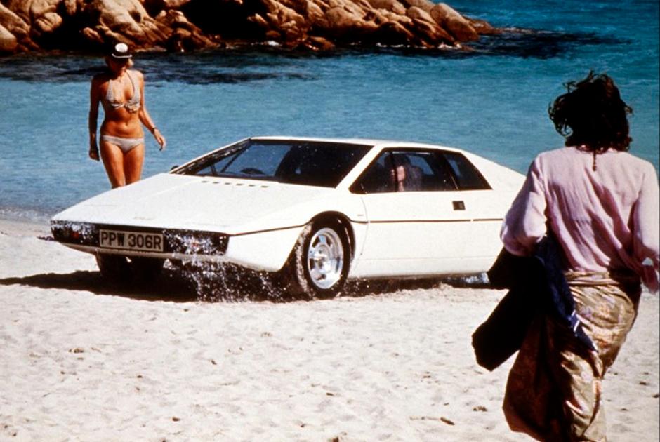 Lotus Esprit засветился в двух фильмах подряд и стал одним из главных машин франшизы, благодаря своему превращению в подводную лодку в фильме «Шпион, который любил меня»