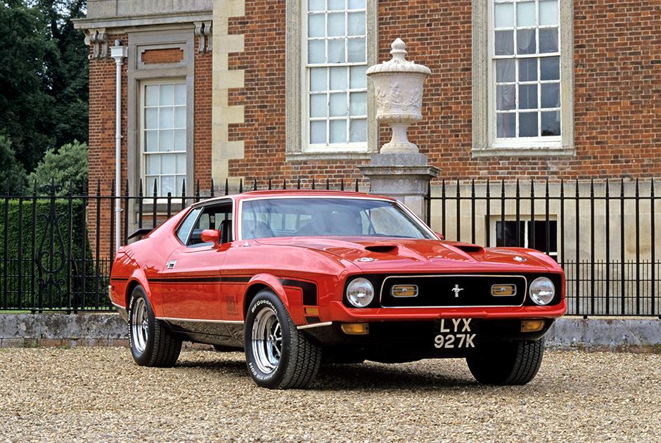Ford Mustang Mach 1 стал автором главного киноляпа в истории Бондианы: в сцене езда на двух колесах машина въезжала в узкий переулок на левых колесах, а выезжала — на правых