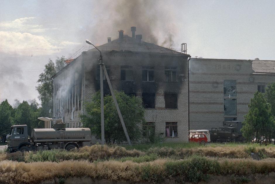 Общий вид больницы в Буденновске, захваченной террористами