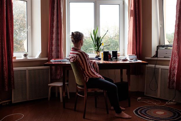 Я забеременела в 19 лет, к тому времени мы с Пашей встречались несколько месяцев. Тогда я жила в Польше и на себе ощутила, что это такое — когда хочешь сделать аборт, но не можешь (в Польше запрещено прерывать беременность без медицинских показаний — <i>прим. «Ленты.ру»</i>). Родителям сказать боялась.  <br></br> Приехала на новогодние каникулы в Беларусь и пошла к врачу. На консультации гинеколог уговаривала меня оставить ребенка. Мне дали направление на анализы, в предабортную консультацию: там мне рассказывали, что я больше не смогу родить, что я женщина и должна подумать. Но я не собиралась менять свое решение. Еще постоянно спрашивали, когда в следующий раз планирую заводить детей — я называла разные даты, чтобы они от меня отстали.  <br></br> Врачи до последнего оттягивали момент, когда я смогу сделать аборт: забеременела в ноябре, а направление мне выписали на середину января. До этого времени пришлось ходить беременной с мыслями про аборт. Для Паши аборт тоже был облегчением, хотя мы с ним очень мало говорили про сложившуюся ситуацию. Даже если я не смогу иметь детей, я не сожалею о своем решении.