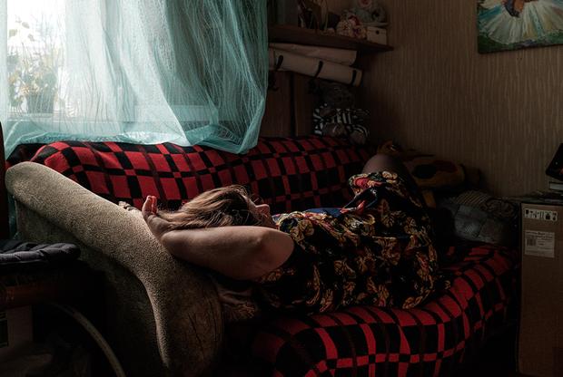Я врач. Когда оканчивала шестой курс, закрутила роман с парнем из Марокко. Продолжения быть не могло: в 90-е годы было стыдно встречаться с кем-то из другой страны.  <br></br> О своей беременности узнала перед летними каникулами. Я представила, как приезжаю в свой маленький город, где все на виду: больше всего боялась родителей, особенно реакции папы. Страх осуждения и чувство вины преследовали меня. Понятно, что через это можно было пройти, но на тот момент я была достаточно инфантильна, чтобы за что-то бороться, и решила сделать аборт.  <br></br> Деньги дала мама. Я сомневалась — беременность прервали на 12-й неделе, это уже достаточно большой срок, для меня это было убийство. Возможно, если бы мама поддержала меня, я бы родила.  <br></br> После летних каникул, когда все приехали на учебу, мы встретились с этим парнем. Я ему все рассказала. Оказалось, до меня у него была девушка, которая тоже сделала аборт. Для него это было освобождение, что ли. Купил мне какой-то подарок.