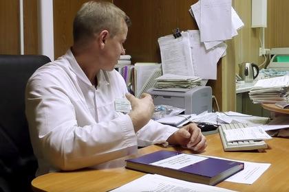 Российского врача уволили после жалоб на низкие зарплаты и старое оборудование
