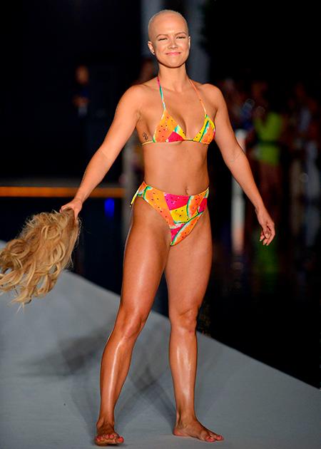 Модель, фитнес-тренер и танцовщица Кристи Валдисерри потеряла волосы из-за болезни, но совершенно не унывает. Судя по ее личному сайту, она находит, что красота — не физическое понятие. Выход на подиум Кристи превратила в мини-шоу, такое же яркое, как ее купальник: в середине прохода она стащила с головы парик и вызвала аплодисменты зрителей.