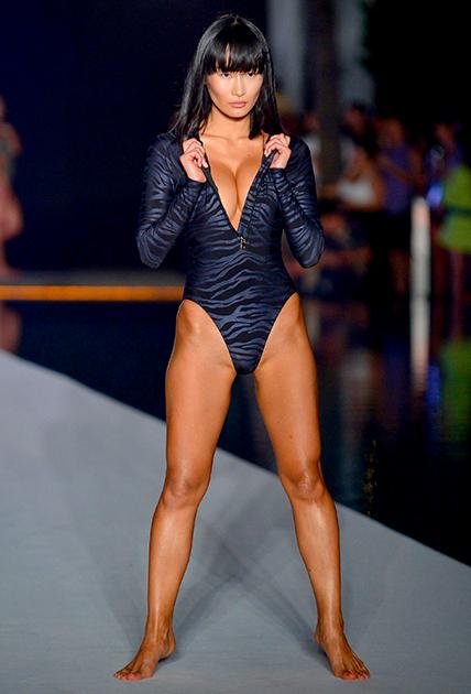 Манекенщица японского происхождения Мики Хамано, одна из самых экзотичных моделей Sports Illustrated Swimsuit, вышла на подиум в спортивном купальнике-комбидрессе с глубоким V-образным декольте, привлекавшим всеобщее внимание.