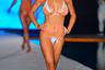 Экзотичная модель Джамея Берд вышла на подиум показа Sports Illustrated Swimsuit в столь же экзотичном купальнике с оранжевыми деталями.