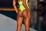 Sports Illustrated Swimsuit, разумеется, не мог не пригласить участвовать в дефиле одну из своих любимых моделей — чернокожую Танайе Уайт. Она появилась на подиуме с гривой распущенных волос и в ярко-желтом монокини-стринг.