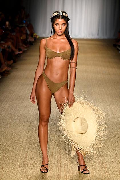 Марка Monday Swimwear привлекла внимание зрителей и журналистов на Miami Swim Week тем, что наряду с «традиционными» моделями на подиум ее показа вышли девушки plus size и беременная манекенщица.