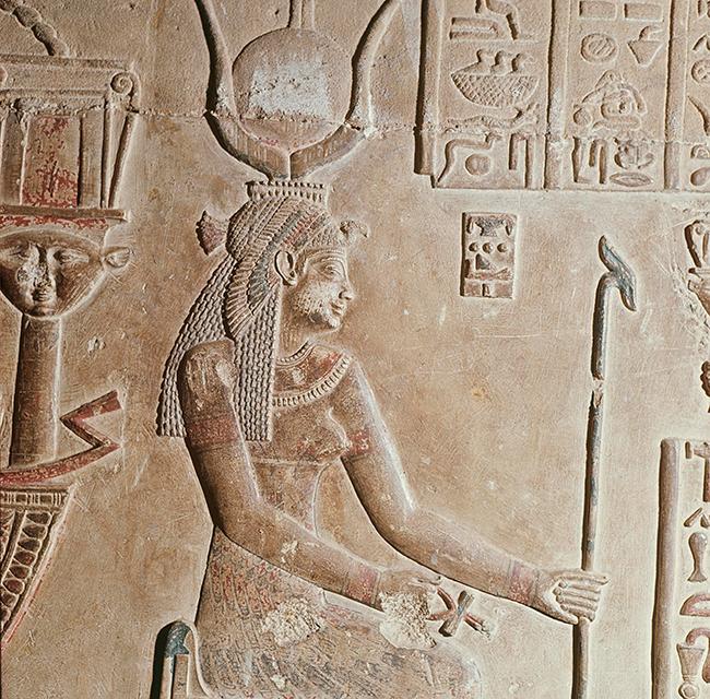 Несмотря на свое греческое происхождение, Клеопатра создала вокруг своей личности вполне египетский культ. Прижизненный рельеф Клеопатры, на котором она изображена в виде богини Хатхор — богини неба и радости.