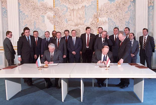 Борис Ельцин и Станислав Шушкевич подписывают Соглашение о создании СНГ, 1991 год