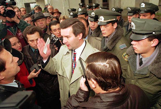 Глава ЦИК Белоруссии Виктор Гончар беседует с журналистами. Сотрудники милиции блокируют вход в здание ЦИК в Минске, 1996 год