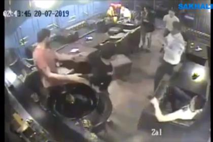 Российского чиновника уволили за пьяный дебош в кафе