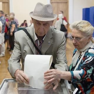 Избиратели голосуют на участке в Киеве