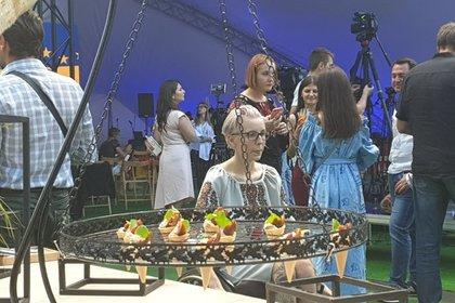 Партия Порошенко устроила в своем штабе пикник с шашлыком
