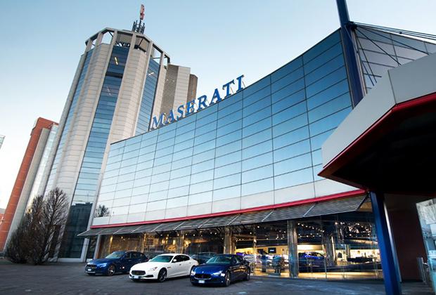 На фоне достаточно скромных штаб-квартир Ferrari и Lamborghini штаб-квартира и головное предприятие Maserati впечатляет. Вот только ни одна из представленных на фото машин в Модене не выпускается. Основным предприятием для Maserati стал завод, расположенный в Грульяско, пригороде Турина.