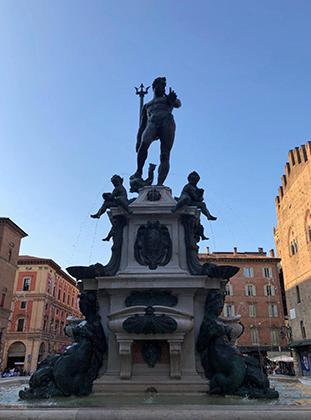 Тот самый фонтан «Нептун» в Болонье, трезубец которого стал фирменной эмблемой Maserati.