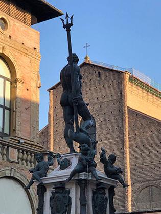 Тот самый кадр, на котором большой палец левой руки Нептуна напоминает огромный половой орган. Центральная площадь Болоньи практически полностью застроена семьей Фиорованти, в том числе и Аристотелем, автором Успенского собора Московского Кремля.