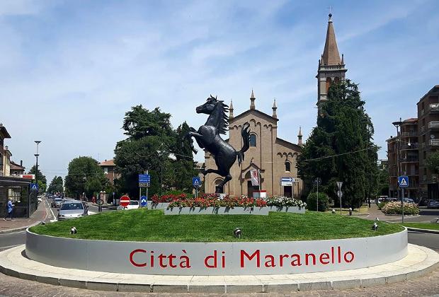 В отличие от Сант'Агаты, которая только строит легенду вокруг Lamborghini, в Маранелло Ferrari посвящен каждый закуток. На центральной площади возвышается гарцующий жеребец, а в церкви Святого Бьяджо (на заднем плане) каждую победу заводской команды отмечают колокольным звоном.
