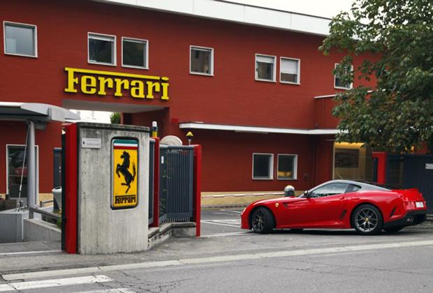 Многие европейские владельцы Ferrari любят приехать в Маранелло, чтобы сфотографировать свою машину на проходной старого завода. Те, у кого в гараже нет Ferrari, довольствуются собственной фотографией.