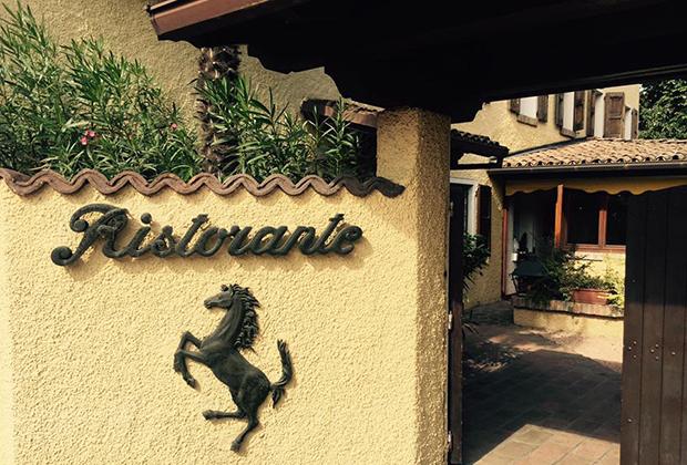 Попасть в ресторан Cavallino, где любил обедать Энцо Феррари, зачастую бывает трудно —из желающих выстраивается очередь. Еда в заведении, впрочем, ничем не лучше, чем в других ресторанчиках города.