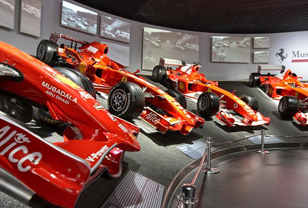Вы всегда найдете тут коллекцию кубков с 1951-го по 2018 год (в этом году побед в Формуле-1 пока нет), а также чемпионские машины с 1950-х по 2007 год. В уходящем десятилетии побед пока нет.
