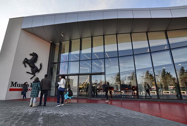 Музей Ferrari в несколько раз больше, чем музеи других расположенных в Эмилии-Романье марок. Экспозиция также регулярно меняется, но часть ее остается неизменной.
