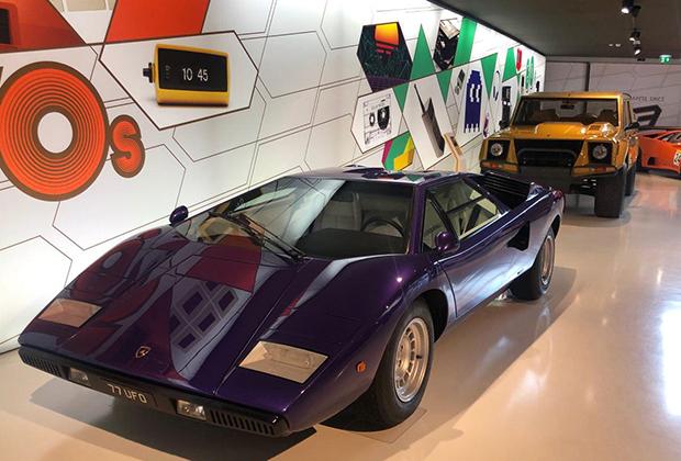 Музей Lamborghini —это два этажа и пара десятков автомобилей. Экспозиция регулярно обновляется, так что есть смысл заезжать сюда раз в полгода-год. Но такие хиты, как суперкар Countach и внедорожник LM002, стараются всегда держать на виду.