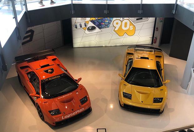 Едва ли не главное отличие музея Lamborghini от Ferrari и Maserati —это доступность машин. Они ничем не отгорожены от зрителей, стоят достаточно свободно и на большом расстоянии друг от друга — рай для любителя фотографии.