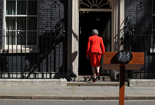 Тереза Мэй около входа в резиденцию британского премьера