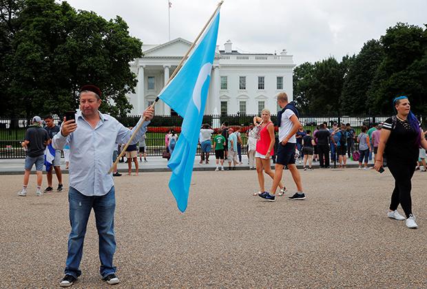 Протест за права уйгуров около Белого дома в Вашингтоне