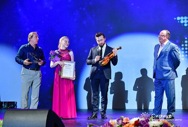 Награждение обладательницы премии Гран-при Всероссийского конкурса молодых музыкантов «Созвездие» Марии Артеевой