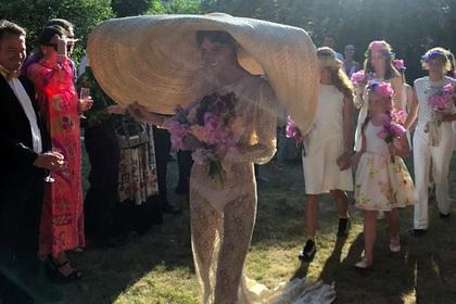 Невесту высмеяли за неподобающее нижнее белье и шляпу на свадьбе