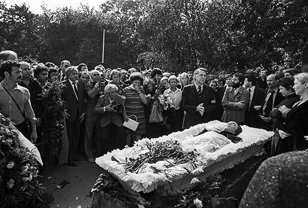 Прощание с Владимиром Высоцким на Ваганьковском кладбище в Москве