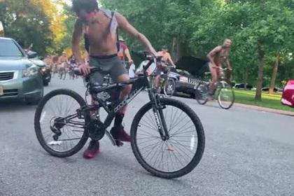 На голых велосипедистов напал возмущенный прохожий