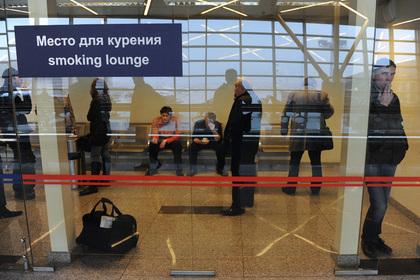 С россиян захотели брать деньги за курение в аэропортах