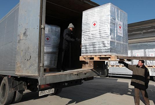 Северокорейцы разгружают гуманитарный груз с лекарствами из Южной Кореи