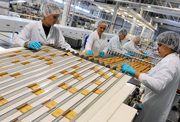Печенье на конвейере кондитерской фабрики «Большевик» американской компании Kraft Foods в городе Собинка