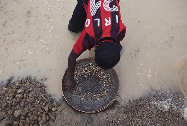 Одним из главных источников денег для финансирования военных действий во время войны в Сьерра-Леоне в 1991-2002 годах стала продажа добытых с использованием детского труда алмазов. Одной из причин завершения войны стал как раз «процесс Кимберли», перекрывший этот канал финансирования.