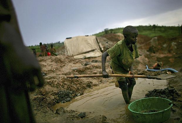 Сравните эту фотографию с предыдущей. Маленький ребенок работает на руднике по добыче полудрагоценных камней в Демократической Республике Конго, так же как его сверстник в Сьерра-Леоне 20 лет назад.