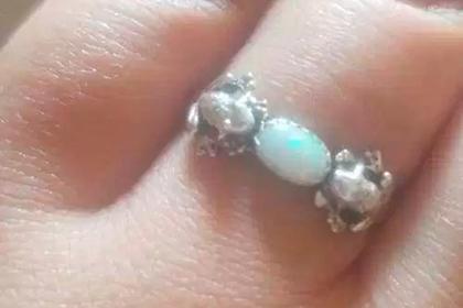 Женщина подняла на смех подаренное бывшим женихом обручальное кольцо с лягушками
