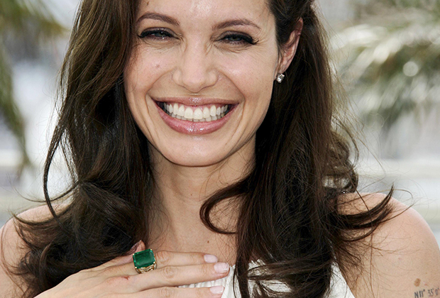 Анджелина Джоли —настоящий фанат литотерапии (лечения камнями). По словам ее друзей, актриса потратила десятки тысяч долларов на полудрагоценные камни и различные процедуры с их использованием.