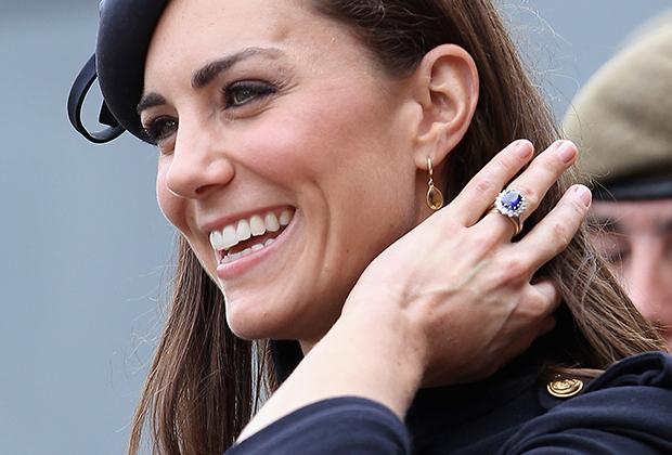 В отличие от других звезд, герцогиня Кембриджская Кейт Миддлтон предпочитает использовать полудрагоценные камни по их прямому назначению — в качестве украшений.