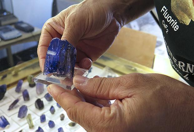 Одним из самых редких и самых дорогих полудрагоценных камней является танзанит, который добывают исключительно в Танзании. Всемирную славу ему принесла компания Tiffany, использовавшая его в своих ювелирных изделиях.
