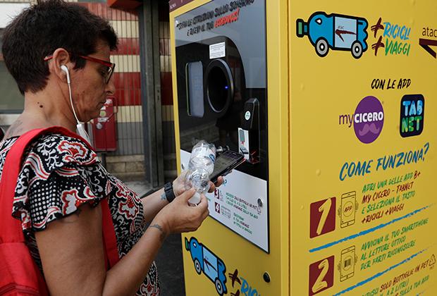 Италия. Пассажирка римского метро сдает пластиковые бутылки в автомат для переработки, получая пять евроцентов за каждую на свою транспортную карту