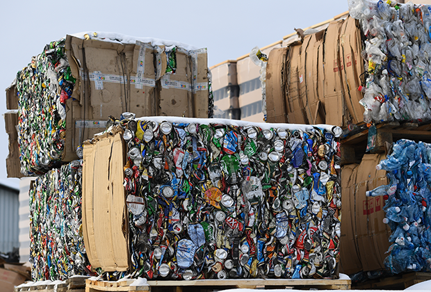 Прессованные алюминиевые банки для дальнейшей переработки на складе компании «Тайгер-Сибирь», которая занимается раздельным сбором и переработкой твердых бытовых отходов