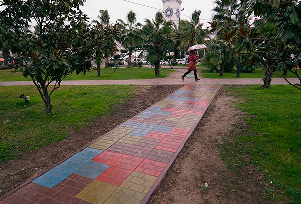 Пешеходная дорожка из плитки, полученной в процессе переработки пластиковых бутылок и песка, в центре Сочи